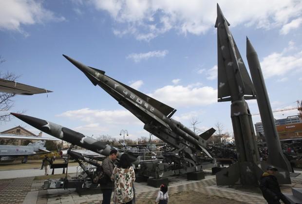 Visitantes observam réplica de míssil 'Scud-B' da Coreia do Norte (à direita), ao lado de outros mísseis sul-coreanos o Museu Comemorativo da Guerra da Coreia em Seul (Foto: Ahn Young-joon/AP)
