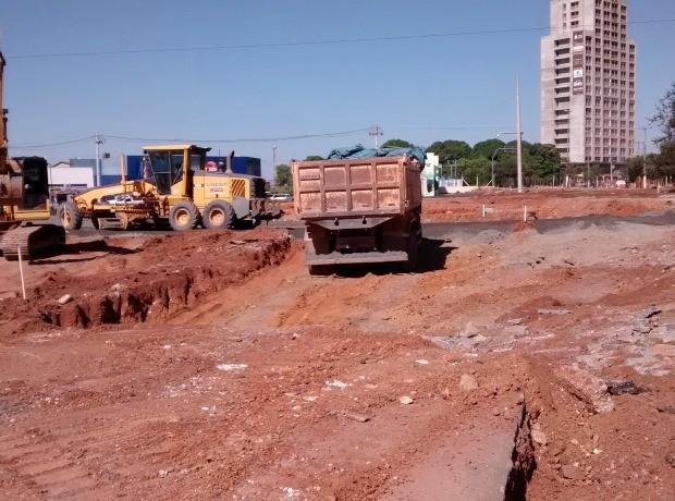 Rotatória em obras fica em frente ao Círculo Militar, em Cuiabá (Foto: Robson Boamorte/GLOBOESPORTE.COM)