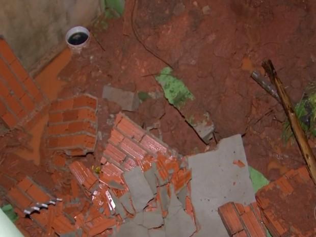 Muro de casas caiu após chuvas em Sorocaba  (Foto: Reprodução/TV TEM)