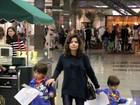 Vanessa Giácomo brinca com os filhos em shopping