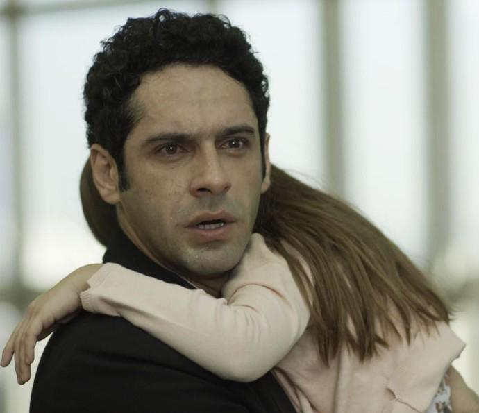 Beto impede que Bia seja sequestrada pela prima (Foto: TV Globo)