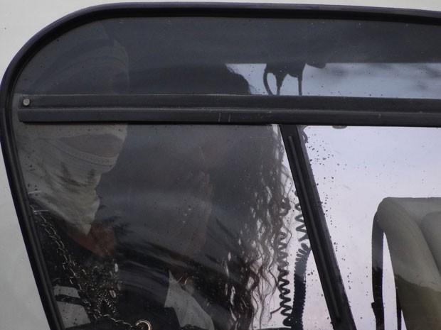 """No detalhe: enquanto helicóptero ameaça decolar, Cinara Leal """"suplica"""" por coragem (Foto: Flor do Caribe/TV Globo)"""