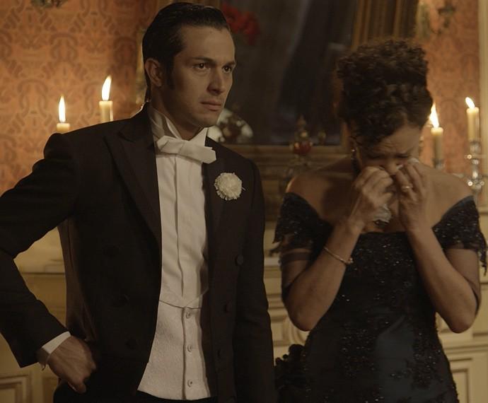 Roberto e Dorotéia colocam o plano de Melissa em prática (Foto: TV Globo)