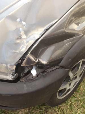 Detalhe do carro envolvido no acidente (Foto: Julia Basso Viana/G1)
