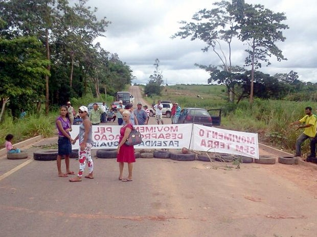 Rodovia está bloqueada por sem-terra (Foto: Polícia Militar-MT)