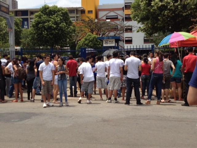 Estudantes se concentram na porta da área I da PUC-GO antes da abertura dos portoes em Goiânia. (Foto: Gabriela Lima/ G1)