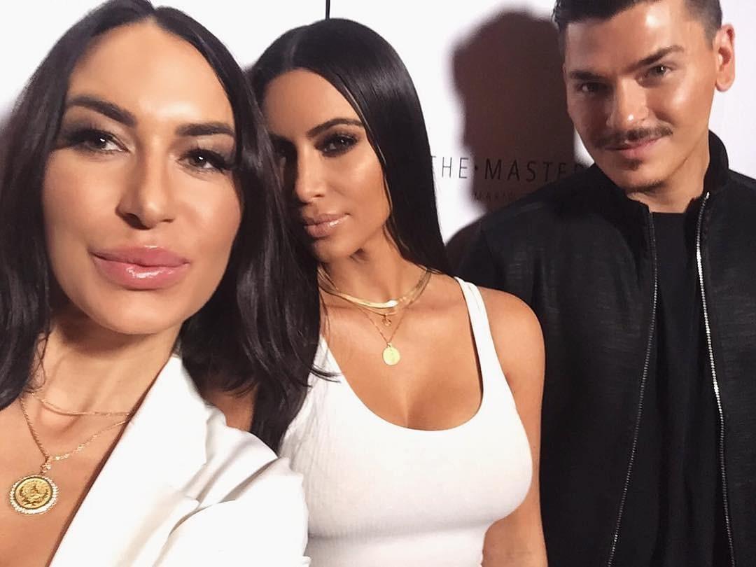 Kim e o maquiador fizeram fotos com os participantes do evento (Foto: reprodução/Instagram)