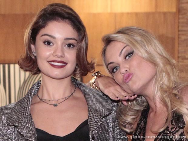 Beldades! Sophie posa ao lado de Ellen (Foto: Sangue Bom/TV Globo)