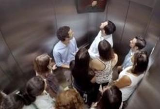 Ação do Outback colocando ator surpreendendo pessoas em elevador (Foto: Divulgação)
