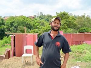 Valter de Araújo Silva mora com a esposa em um dos barracos em Piracicaba (Foto: Fernanda Zanetti/G1)