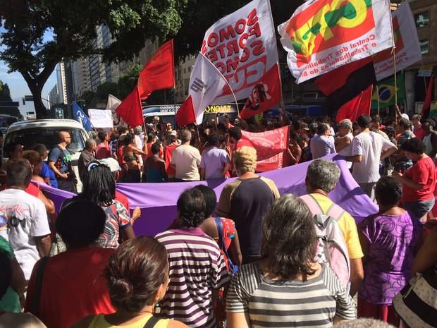 Concentração do ato contra o presidente em exercício Michel Temer foi iniciada às 10h na Candelária. (Foto: Gabriel Barreira / G1)