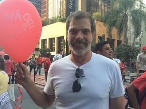 O ator Luís Henrique Nogueira veio para o ato pela democracia na tarde desta sexta-feira  (Foto: Paula Paiva Paulo/G1)