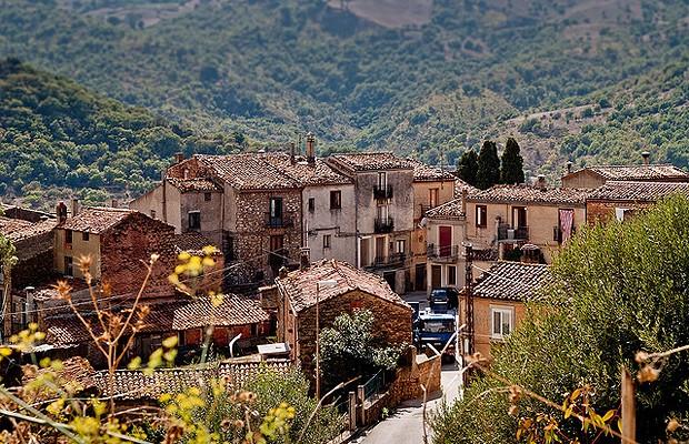 As casas à venda são bastante antigas e foram completamente abandonadas em Gangi (Foto: Michele Ursino/Flickr)