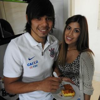 Ángel Romero, do Corinthians, com sua noiva, Gabriela Miskirich (Foto: Marcelo Braga)