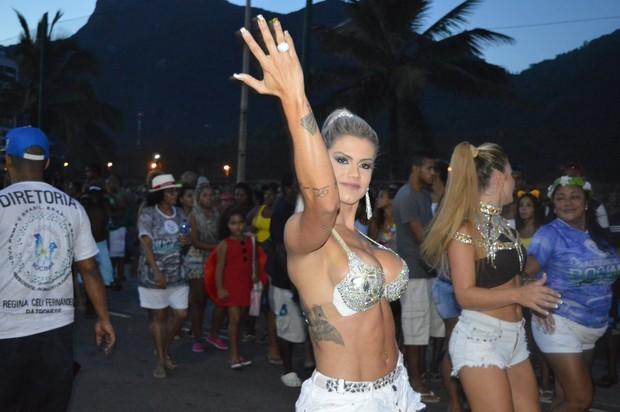 Janaina Santucci em último ensaio da Rocinha na praia de São Conrado  (Foto: Divulgação)