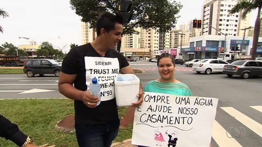 Casal vende água em semáforo para conseguir dinheiro para casamento