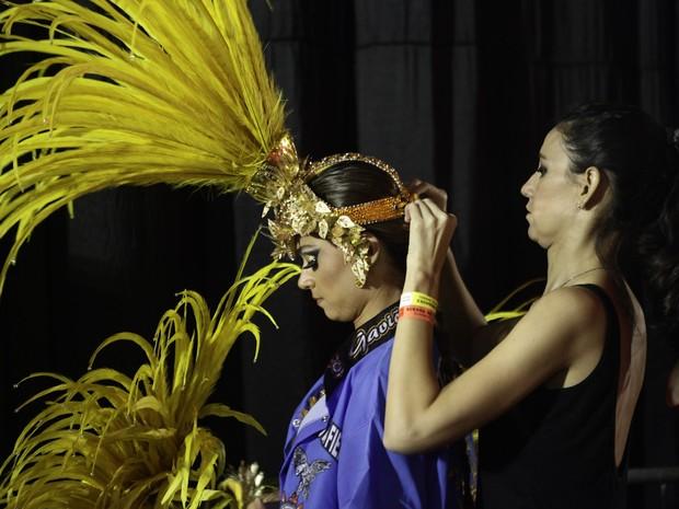 Thaila Ayala recebe ajuda para se vestir no Anhembi antes do desfile das Gaviões (Foto: Caio Kenji/G1)