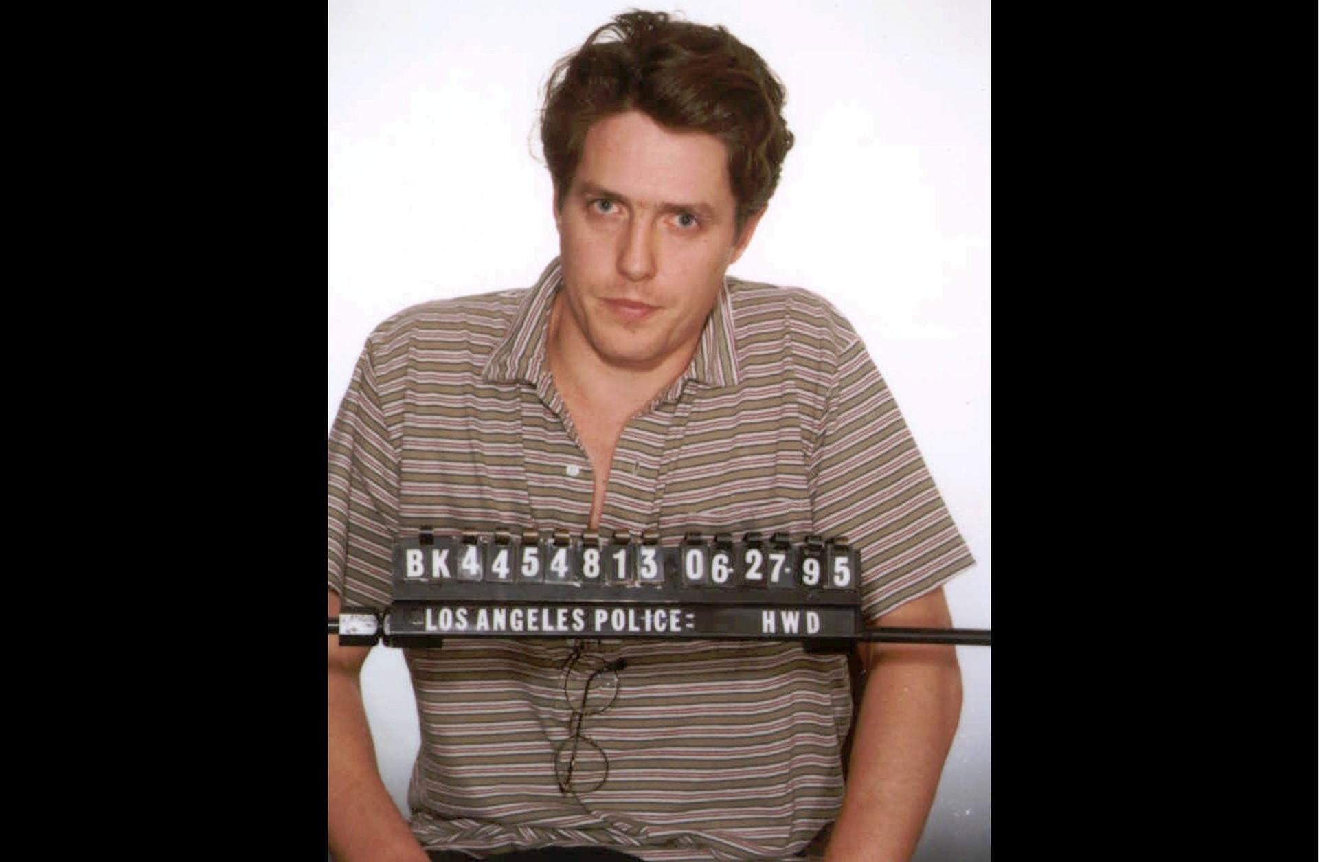 Hugh Grant em junho de 1995. Acusação: conduta obscena (tendo sido pego com uma prostituta). (Foto: Divulgação)