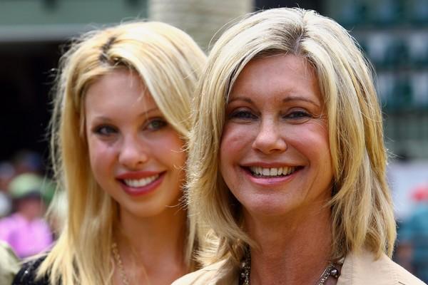 A atriz e dançarina Chloe Lattanzi ao lado de sua mãe, a atriz Olivia Newton-John (Foto: Getty Images)