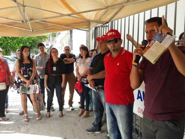 Manifestantes fizeram ato contra a privatização da Cosanpa em frente à sede da empresa. (Foto: Divulgação/ Sindicato dos Urbanitários do Pará)