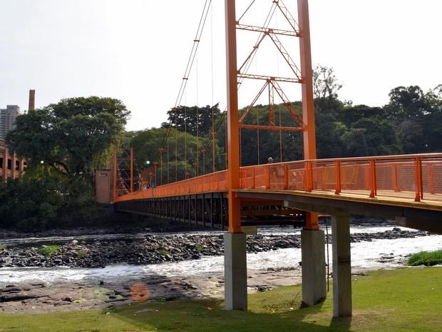 Reformada, passarela pênsil foi reaberta ao público nesta terça (1) em Piracicaba (Foto: Leon Botão/G1)