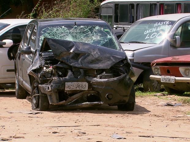 Carro envolvido no acidente em Boa Viagem ficou completamente destruído (Foto: Reprodução/TV Globo)