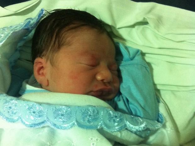 Bevê nasceu nos braços do pai, em hospital de Vitória (Foto: Douglas Costa)