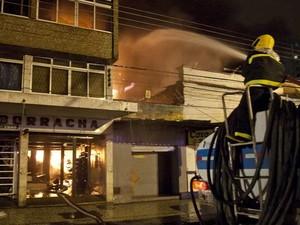 Bombeiros combatem incêndio em Juiz de Fora. (Foto: Mistre Shadow/AE/AE)