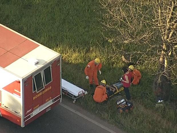 Homem que foi atropelado na EPTG, no Distirto Federal, é socorrido pelos bombeiros na manhã desta terça-feira (28) (Foto: TV Globo/ Reprodução)