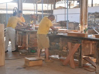Detentos trabalham na marcenaria do CRC em Cuiabá (Foto: Carolina Holland/G1)