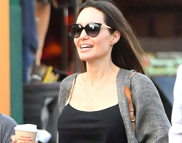 Sorridente, Angelina Jolie passeia com as filhas em L.A.