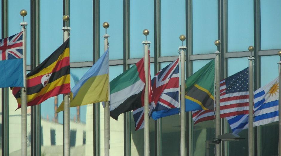 Bandeiras em frente ao edifício da ONU em Nova York (Foto: USAID U.S. Agency for International Development)
