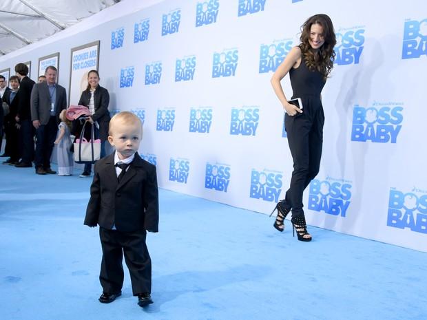 Hilaria Baldwin com o filho Rafael Thomas Baldwin em première de filme em Nova York, nos Estados Unidos (Foto: Mike Coppola/ Getty Images/ AFP)