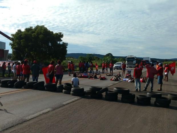 MST faz protesto em três rodovias de Mato Grosso contra impeachment (Foto: Assessoria/PRF-MT)