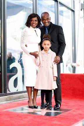 Viola Davis com o marido, Julius Tenno, e a a filha, Genesis, em Los Angeles, nos Estados Unidos (Foto: Matt Winkelmeyer/ Getty Images/ AFP)