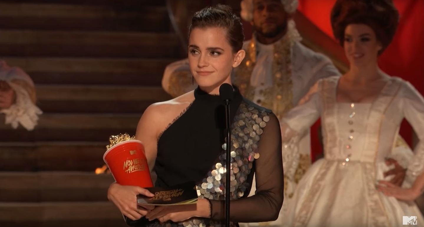 Emma Watson recebe prêmio de melhor atuação no cinema durante o MTV Movie & TV Awards (Foto: YouTube/MTV)