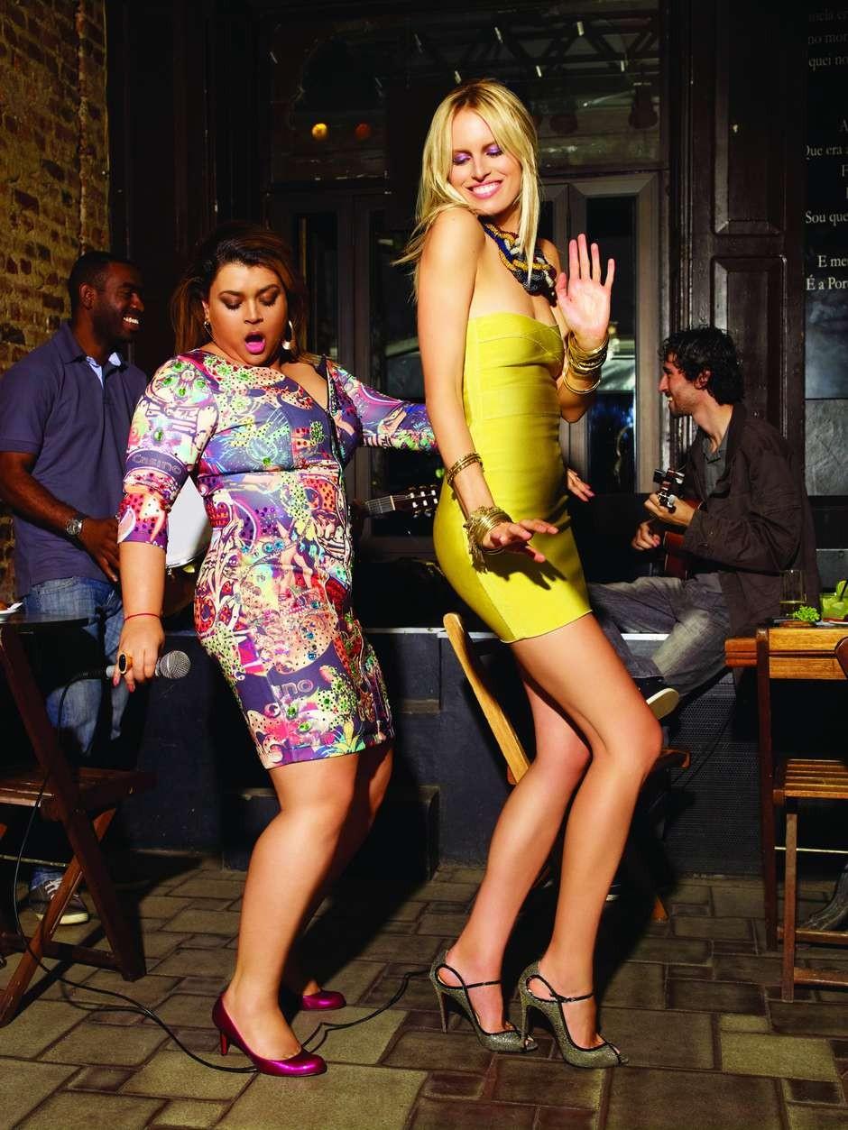 A modelo tcheca Karolina Kurkova aparece sambando com a cantora Preta Gil em ensaio para Vogue de novembro de 2011. Elas se encontraram em um samba na Lapa, Rio de Janeiro (Foto: Arquivo Vogue)