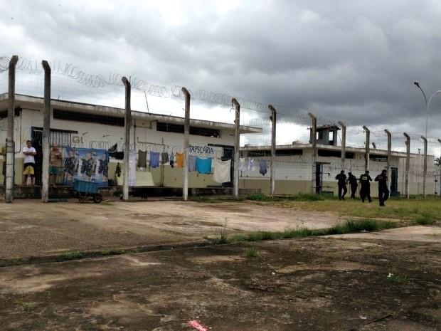 Durante operação de revista no Urso Branco na manhã desta quarta-feira novos buracos foram encontrados nas paredes interligando as celas (Foto: Larissa Matarésio/G1)