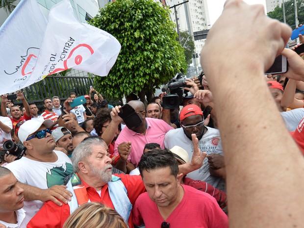 Lula sai às ruas para conversar com grupo de apoiadores, em São Bernardo do Campo, neste domingo (13). (Foto: AFP PHOTO / NELSON ALMEIDA )