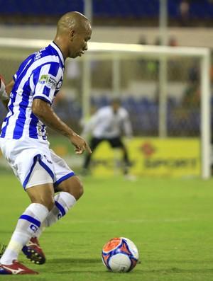 Paulo Sérgio tenta alcançar Paulinho (Foto: Ailton Cruz/Gazeta de Alagoas)