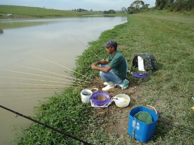 O pescador e suas diversas varas. (Foto: Divulgação)