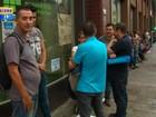 Desempregados passam a noite em filas em busca de vagas no RS