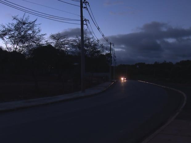 Falta luz em acesso para a Rodovia Aristides da Costa Barros, diz população (Foto: Reprodução/TV TEM)