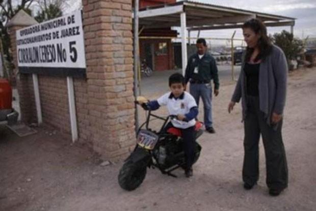 Em dezembro de 2011, um menino de seis anos foi multado e teve sua motocicleta de brinquedo confiscada depois de colidir contra uma caminhonete na cidade mexicana de Ciudad Juárez, na fronteira com os Estados Unidos.  (Foto: Reprodução)