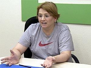 Ex-jogadora de basquete Karina Valéria Rodrigues e a sede da ONG Pra Frente Brasil (Foto: Reprodução / EPTV)