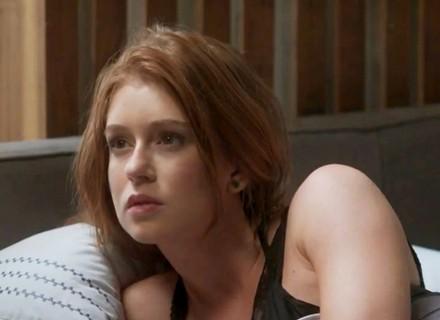 Teaser: Stelinha flagra Eliza na cama de Arthur