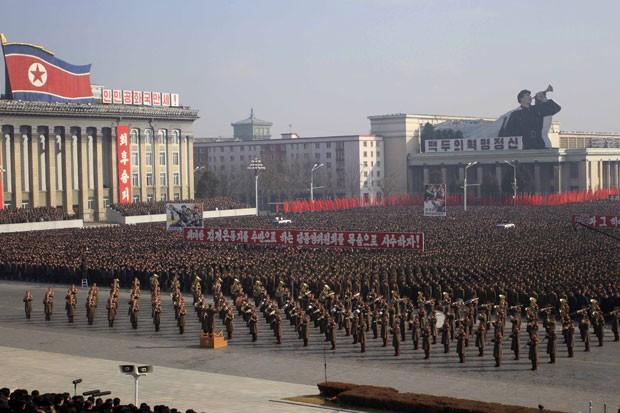 Soldados e cidadãos da Coreia do Norte participam de protesto contra resolução da ONU que quer levar as autoridades norte-coreanas à Justiça internacional nesta terça-feira (25) em Pyongyang (Foto: Jon Chol Jin/AP)