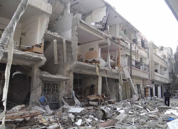 Prédio em Erbeen, perto de Damasco, foi destruído por forças de Assad (Foto: Bassam al-Erbeeni/Shaam News Network/Reuters)