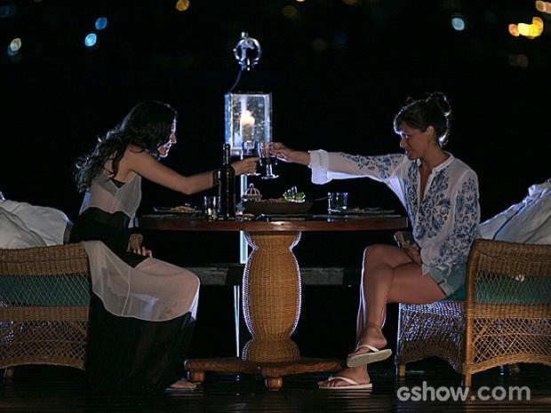 Clara prepara o jantar, e Marina fica encantada com a convidada (Foto: Felipe Monteiro / TV Globo)
