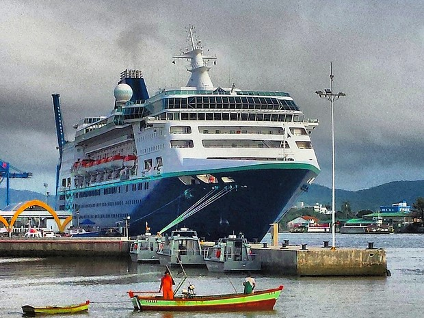 Transatlântico não tem previsão de sair do porto de Itajaí (Foto: Luiz Souza/RBS TV)
